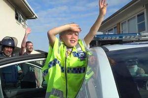 Cậu bé 5 tuổi gọi điện đến sở cảnh sát để mời dự sinh nhật