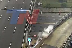 Ô tô phá tan rào chắn, lao ra khỏi cầu vượt với vận tốc 170km/h