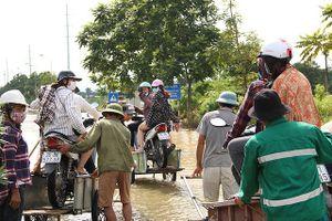 Kiếm bộn từ dịch vụ 'cõng' xe máy qua đường ngập ở Hà Nội