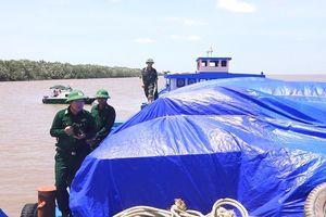Phát hiện sà lan chở 500 tấn phân 'lậu'