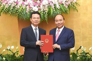Thủ tướng trao Quyết định giao quyền Bộ trưởng TT&TT với ông Nguyễn Mạnh Hùng