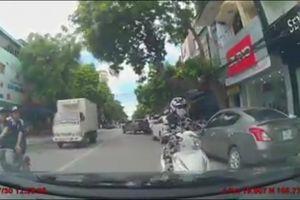 Clip: 'Nữ ninja' dừng đèn đỏ ở làn ngược chiều, đối đầu ô tô