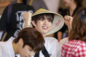 Đội nón lá truyền thống trong buổi fansign, The Boyz thật biết cách chiều chuộng fan Việt!
