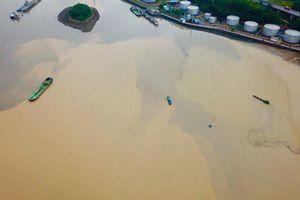 Nước vịnh Hạ Long chuyển từ xanh sang nâu