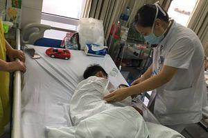 Hà Nội: Bé trai 7 tuổi bị chó nhà nuôi cắn đứt rời môi