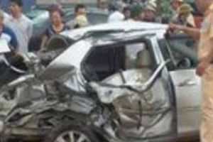 Nam Định: Tàu hỏa tông nát ô tô chở 4 người băng qua đường ray