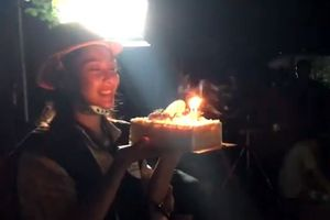 Khả Ngân hớn hở vì được tặng bánh sinh nhật ngay tại phim trường 'Hậu duệ mặt trời'