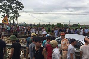 Tàu hỏa tông nát ô tô ở Nam Định, 4 người thương vong