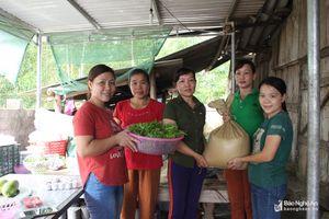 Phụ nữ Quỳ Châu góp gạo, góp rau hỗ trợ diễn tập phòng thủ