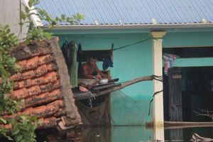 Nước vẫn dâng cao cả mét, người Hà Nội dọn cơm lên gần sát nóc nhà ăn tránh lũ
