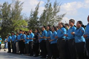 Cán bộ, đoàn viên công đoàn TPHCM dâng hương tại Khu tưởng niệm Gạc Ma