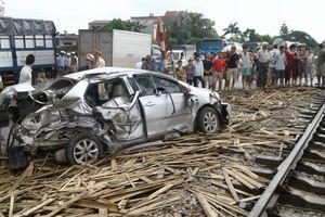 Nam Định: Tàu hỏa đâm ô tô, 4 người trong gia đình thương vong