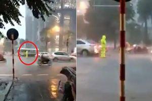 Hình ảnh đẹp: Anh CSGT đầm mình làm nhiệm vụ trong cơn mưa như trút chiều qua