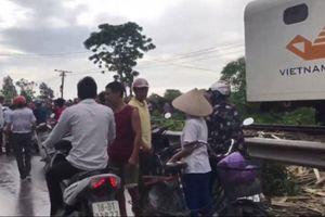 Nam Định: Tàu hỏa tông ô tô, 4 người bị thương nặng