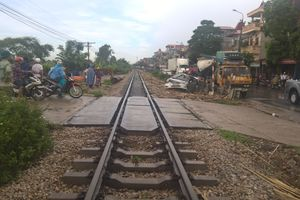 Tàu hỏa đâm ô tô đang vượt qua đường sắt, 1 người chết, 3 người bị thương