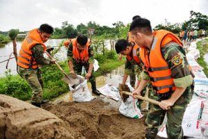 Lữ đoàn xe tăng 201 tham gia ứng phó thiên tai giúp dân