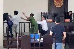 Tạm giam kẻ 'tung cước' với kiểm sát viên sau phiên tòa