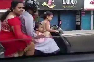 Bé gái 5 tuổi lái xe máy 'kẹp' 4 phóng như bay