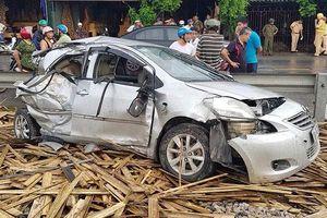 Tàu hỏa đâm ô tô ở Nam Định, 4 người bị thương nặng