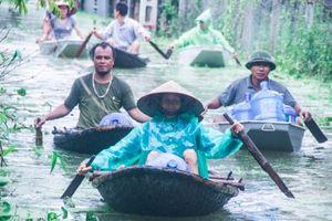 Dân vùng rốn lũ Hà Nội tấp nập chèo thuyền đi lấy nước miễn phí