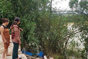 Hàng chục hộ dân ven sông ở Nghệ An tháo chạy vì sợ bị hà bá 'nuốt' nhà