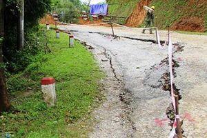 Thêm 8 căn nhà bất ngờ nứt toác, đổ nghiêng về phía sông Đà