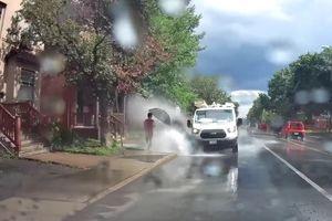 Bị đuổi việc vì cố tình lái xe bắn nước vào người đi đường