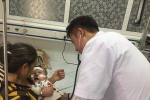 Nhiều trẻ bị viêm phối, suy hô hấp do biến chứng bệnh sởi