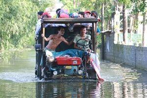 Xe công nông 'ngựa thồ' của người dân vùng lụt'