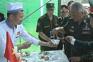 Bộ trưởng Quốc phòng Nga nếm thử món ăn Việt Nam