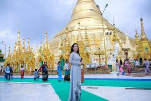 Danh hài Thúy Nga chân trần, bận áo dài nền nã khiến người dân Myanmar `ngước nhìn`