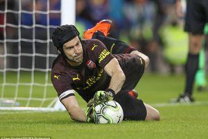 Petr Cech giúp Arsenal thắng Chelsea trong loạt sút luân lưu