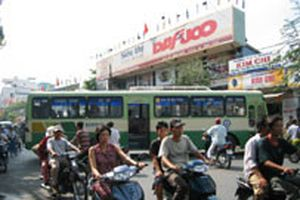 Xe buýt 'hung thần' giữa Sài Gòn