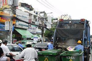 Gom rác ban ngày gây ô nhiễm, tắc đường