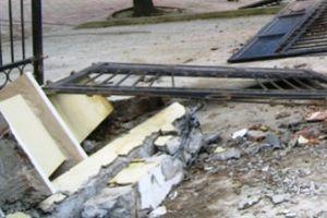 Cổng trường tiểu học đổ đè chết cháu bé lớp 3