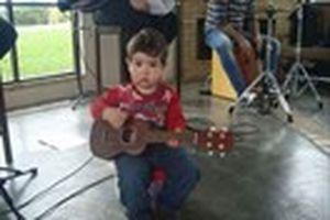 2 tuổi vừa đàn guitar vừa hát