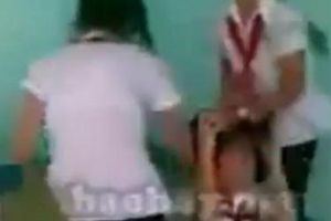 Clip Nữ sinh đeo khăn quàng đỏ đánh bạn tới tấp - Cảnh báo bạo lực học đường!