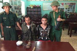 Bắt 2 đối tượng người Lào vận chuyển thuốc phiện qua biên giới