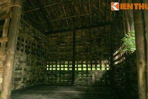Thăm nơi ở và làm việc của Bác Hồ ở chiến khu Tân Trào