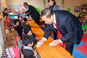Trẻ em dân tộc thiểu số miền núi được uống sữa tươi miễn phí
