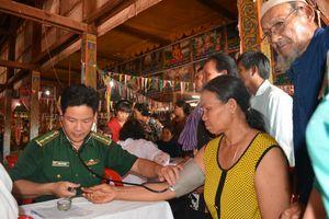 Khám bệnh, cấp phát thuốc miễn phí cho nhân dân Cam-pu-chia