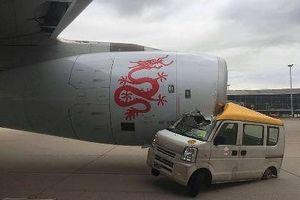 Xe tải đâm vào máy bay chở gần 300 người ở Hong Kong