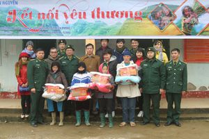BĐBP Hà Giang: Tặng quà, cấp phát thuốc miễn phí cho học sinh và hộ nghèo