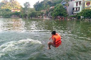 Chùa Thầy trở thành 'bể bơi công cộng' của người dân