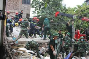 Hà Nội: Sập nhà 4 tầng lúc nửa đêm, 5 người mắc kẹt dưới đống đổ nát
