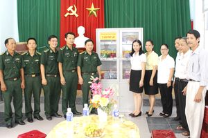 Tặng tủ sách pháp luật cho nhân dân các phường biên giới biển Đà Nẵng