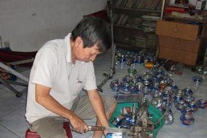 Dùng vỏ lon bia làm đèn lồng, đánh bật hàng Trung Quốc