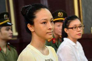 Hoa hậu bị tố lừa 16,5 tỷ cười tươi tại phiên xét xử