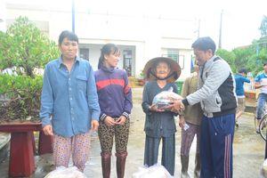 Tặng 100 suất quà cho nhân dân vùng lũ Tuy An