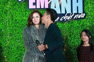Jun Vũ - Đình Hiếu ngại ngùng diễn cảnh hôn trước khán giả